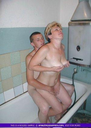 Парень трахает раком зрелую в ванне, он поливает ее сиськи водой и ласкает все тело, тетка довольна трахом с горячим самцом - фото 3