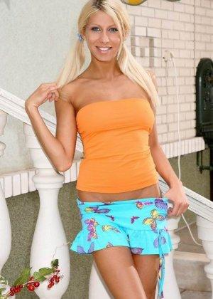 Горячая стройная блондинка облизывает огромный огурец, а затем вставляет его в свою аккуратную пизденку - фото 4
