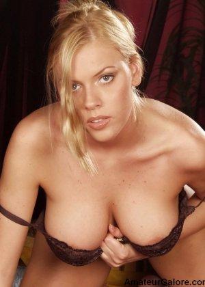 Грудастая стройная блондинка соглашается на любительскую съемку, но не спешит снимать всю одежду - фото 5