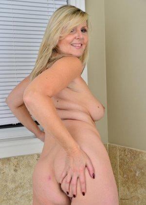 Пожилая блондинка хочет заняться мастурбацией - фото 12