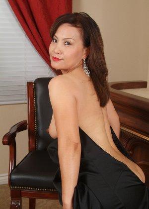 Зрелая азиатка элегантно приподнимает платье и показывает себя - фото 16