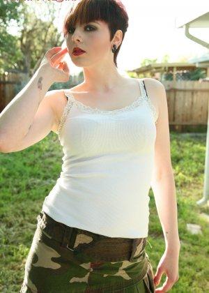Морна вышла покурить, но пока она курит, еще и показывает сиськи и спускает трусы, демонстрируя пизду на улице - фото 15