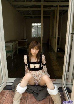 Худющая азиатка Рин Сакураги дразнит своей волосатой вагиной, даже не снимая трусов телка может рассчитывать на внимание - фото 11