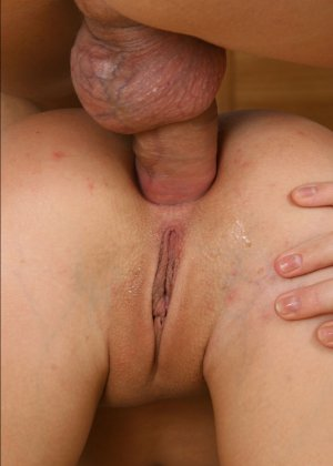 Брюнетка любит своего бойфренда, поэтому их половой акт начинается с  минета, а заканчивается ярким анальным сексом - фото 1
