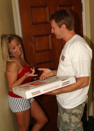 Парень решил угостить сисястую соседку пиццей, когда она его пригласила, увидела, что из коробки торчит его стояк, пришлось телке раздеваться и трахаться - фото 9