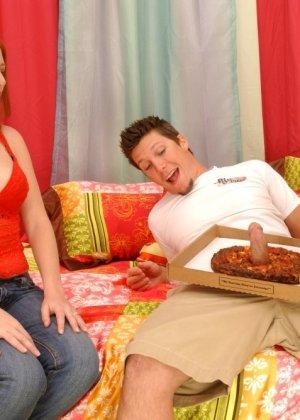 Джинджер Блейз повезло, в коробке с пиццей оказался толстый бонус – стоячий хер разносчика, готовый к сексу - фото 9
