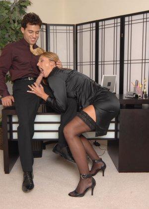 Брэнда Джеймс – зрелая секретарша, которая соблазняет молодого мужчину прямо на рабочем месте - фото 10