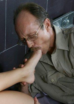 Дала полизать ноги надзирателю за сигарету - фото 1
