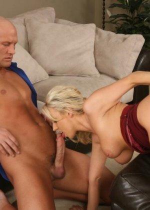 Соблазнительная блондинка так возбуждает лысого мужчину, что он не сдерживается и тут же трахает ее - фото 12