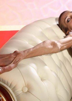 Очень худая балерина Ирина, позирует в белом нижнем белье и зачем-то показывает свою грудь - фото 11