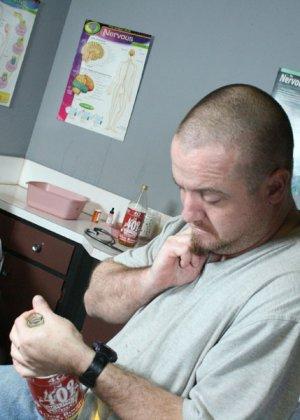 Мужчины вызвали в офис толстозадую негритянку и трахнули ее на столе - фото 2