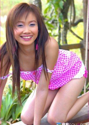 Азиатка трогает себя за сосок и вагину - фото 11
