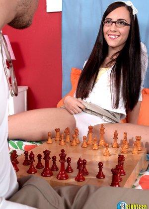 Брюнетка Роксана Рей за игрой в шахматы не заметила, как возбудилась и дала себя раздеть, красотка трахается раком и сверху - фото 9