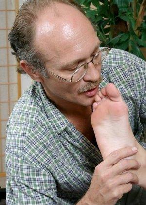 Пожилой мужчина полизал ноги у молодой девки, а она потрогала его маленький пенис своими ступнями - фото 9
