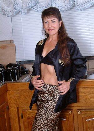 Домохозяйка оголила свой мохнатый лобок - фото 11