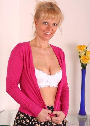 Зрелая женщина приподнимает платье, чтоб показать всё то, что у нее скрыто под трусиками - фото 7