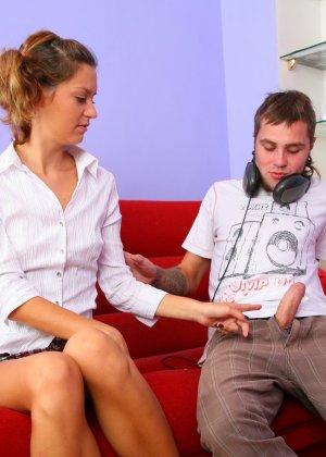 На красном диване анальный секс запомнится этой девушке навсегда, ее парень умеет уговаривать, поэтому она так легко отдалась - фото 8