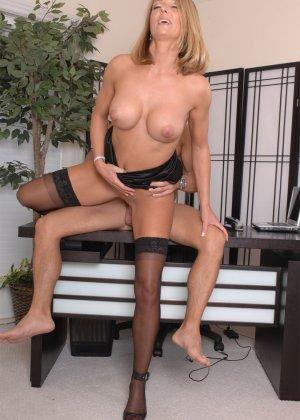 Брэнда Джеймс – зрелая секретарша, которая соблазняет молодого мужчину прямо на рабочем месте - фото 6
