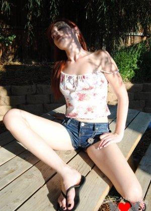 Рыжая голая девушка на прогулку надевает короткие шорты, она надеется, что их снимет сексуальный парень пикаппер - фото 14