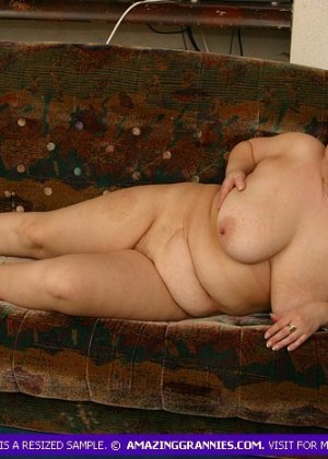 Жирная женщина с редкими волосами на лобке - фото 9