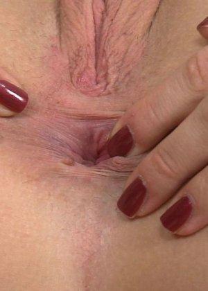 Крупный план анальной мастурбации блондинки - фото 16
