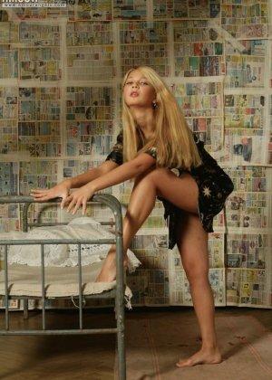 Стройная блондинка показывает маленькие сиськи и ухоженный лобок - фото 9