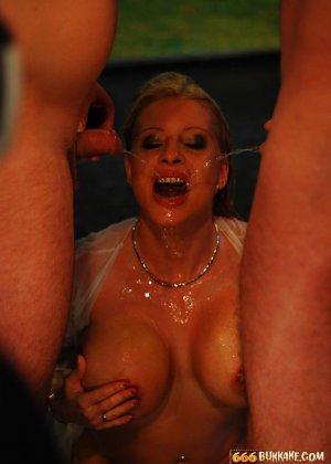 Мужчины по очереди ссали в рот грудастой блондинке - фото 4