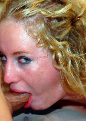 Рыжая блядь сделала минет и получила сперму на лицо - фото 3