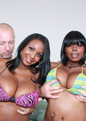 Две негритянки с крупными формами тела и два белых хуя - фото 13