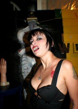 Татуированная вампирша показывает пизду - фото 9