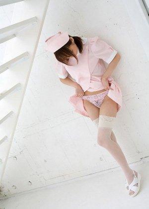 Соло азиатки смотреть можно бесконечно, нежная красотка Миса Кикоуден раздевается до чулок - фото 12