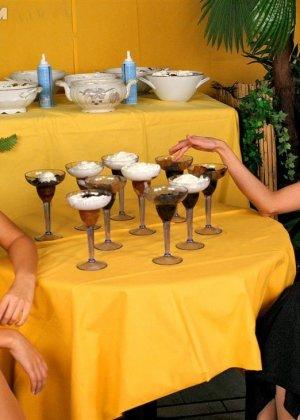Две гламурные женщины обмазали себя едой во время ужина в ресторане - фото 7