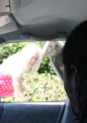 Блондинка просит помощи на дороге, но вместо этого негр приглашает ее в свой номер, межрасовый секс будет незабываемым - фото 8