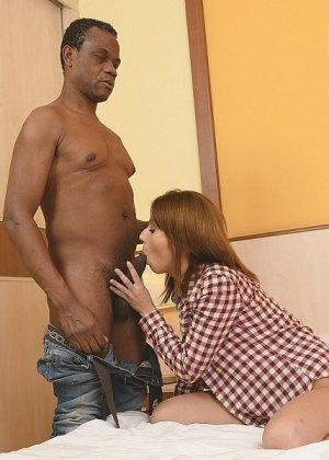 Домохозяйка Ванесса не только дала полизать темнокожему соседу, но и трахнулась с ним - фото 12