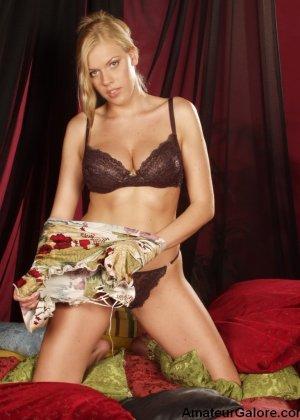 Грудастая стройная блондинка соглашается на любительскую съемку, но не спешит снимать всю одежду - фото 4