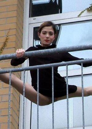 Невероятно худые девушки показывают гибкость тел, эротика специально для любителей худышек - фото 7