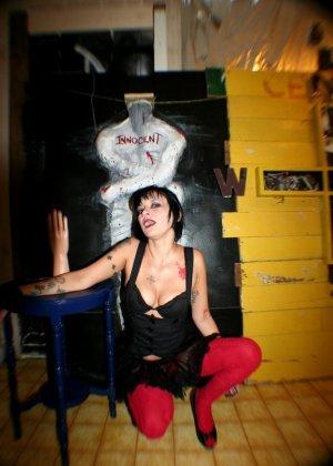 Татуированная вампирша показывает пизду - фото 7