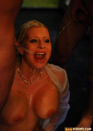 Мужчины по очереди ссали в рот грудастой блондинке - фото 13
