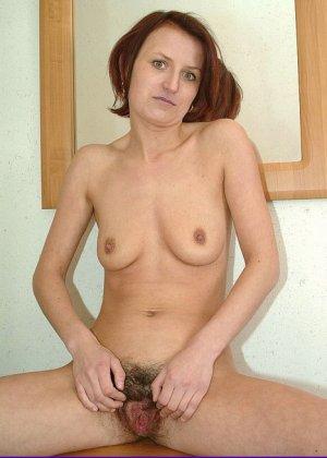 Зрелая женщина предстает перед камерой абсолютно голая – ей не стыдно показать свою волосатую пизду - фото 9
