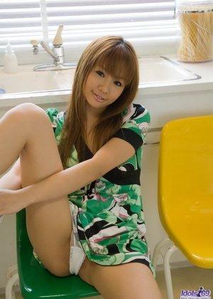 Азиатская красотка Хинано Момосаки раздевается на камеру и показывает естественное красивое тело и волосатую манду - фото 9