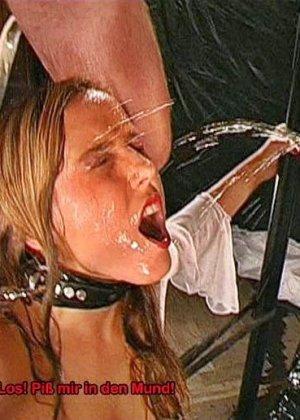 Куча спермы и мочи смешались во рту этой бляди - фото 16