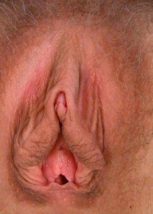 Телка полила свою лохматую вагину маслом и стала мастурбировать, она всегда кончала от таких непристойных ласк - фото 12