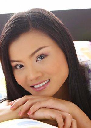 Милая азиатки Джиб Джаринья показывает небритую пизду - фото 7
