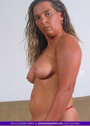 Загорелая пожилая женщина показывает свое тело для тебя - фото 5
