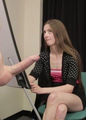 Студентка подрочила и отсосала хуй у голого мужчины - фото 13