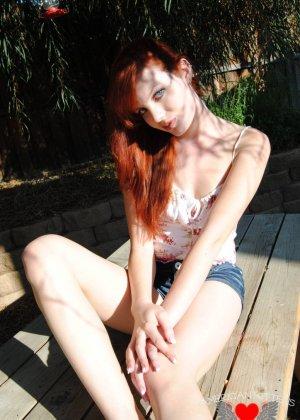 Рыжая голая девушка на прогулку надевает короткие шорты, она надеется, что их снимет сексуальный парень пикаппер - фото 11