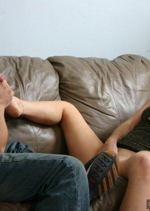 Подрочила парню ногами, а он слизал свою сперму с ее ступней - фото 5
