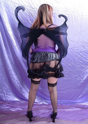 Эффектная рыжая телка любит ролевые игры, она надела сексуальный наряд и показала свою влажную вагину - фото 11