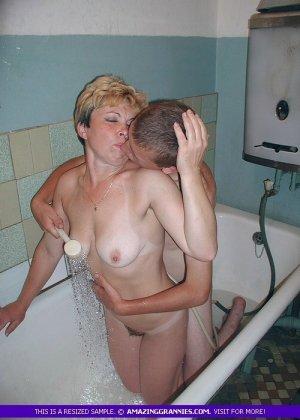 Парень трахает раком зрелую в ванне, он поливает ее сиськи водой и ласкает все тело, тетка довольна трахом с горячим самцом - фото 1
