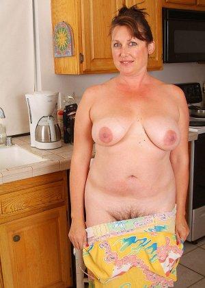Пухлая пожилая домохозяйка показывает свою пизду, такой какая она у нее есть - фото 12